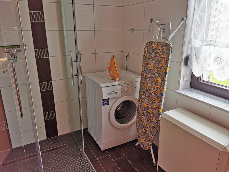 Badezimmer mit Wäschaufbereitungsmöglichkeiten