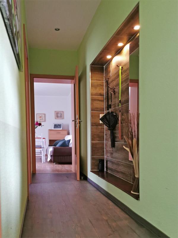 Flur mit Blick ins Wohn-/Esszimmer
